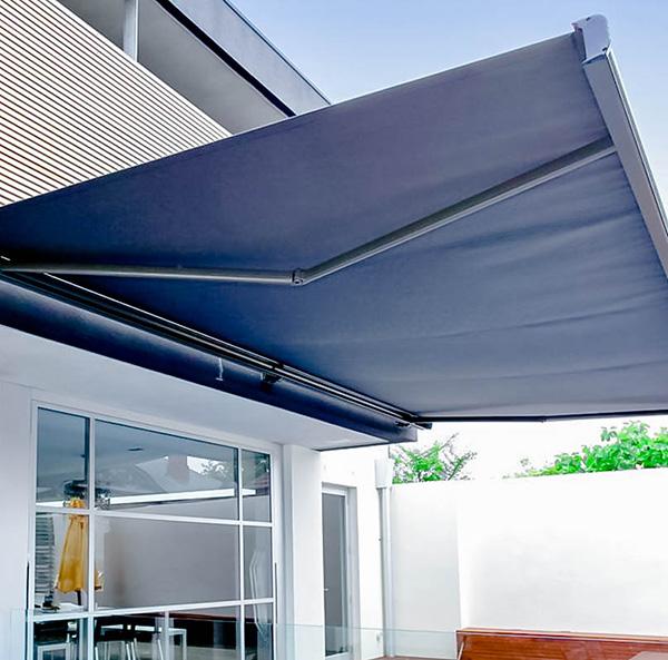 Chất liệu mái bạt xếp tốt sẽ có khả năng chống lại mưa to, gió lớn và những cơn nắng nóng vào mùa hè