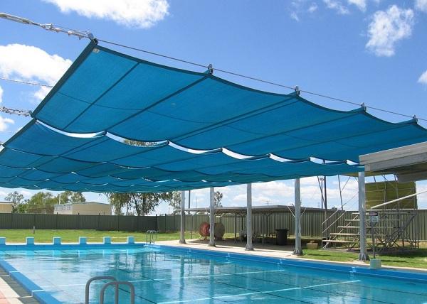 Mái che hồ bơi giúp hạn chế việc bắt nắng cho vđv